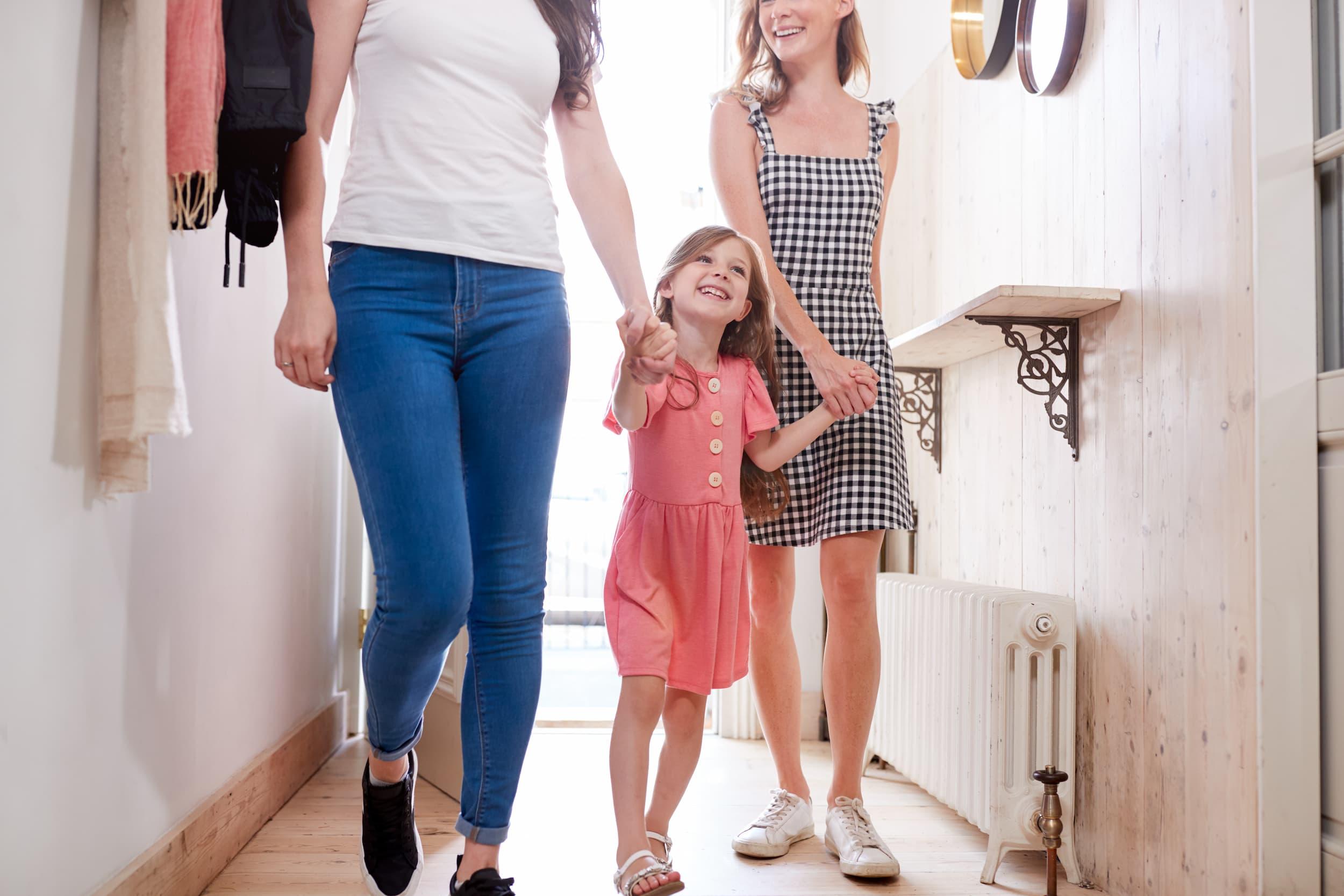 Adoptar a un niño en España en 2021: coste, proceso y consejos